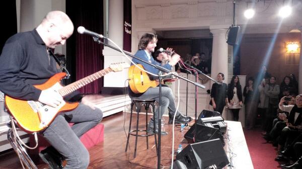 En directo Manuel Carrasco espectacular en Sevilla @manuelcarrasco_ @atrevetedial http://t.co/QmOXklQ4iD