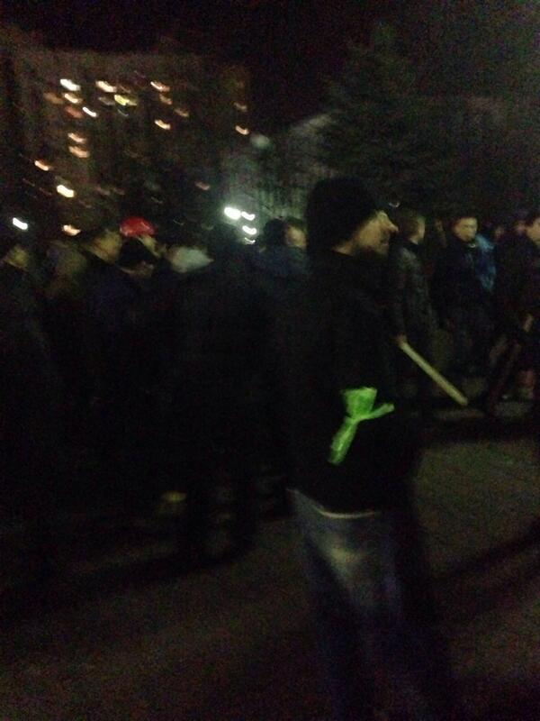 Внимание!!! Ребята разбились на группы для патрулирования Оболони. Многим раздал такие ярко зеленые мус. пакеты. Rt http://t.co/UlzaQkbdza