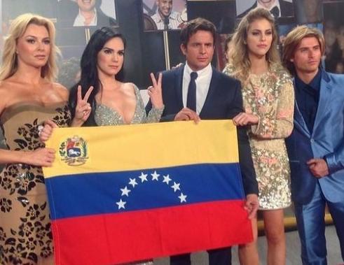 La bandera de Venezuela fue la protagonista de la alfombra del #PremioLoNuestro | Fotos http://t.co/HTcnOHqf2q http://t.co/d2nO5jG2Sy