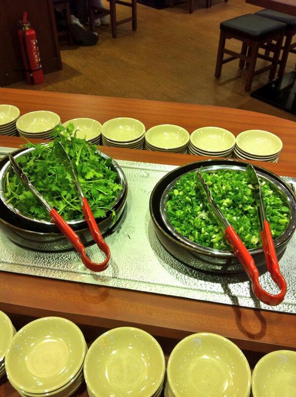 ホーチミンの丸亀製麺きたらネギの横にパクチー置いてあってわろたw http://t.co/2JwSvmWyyU
