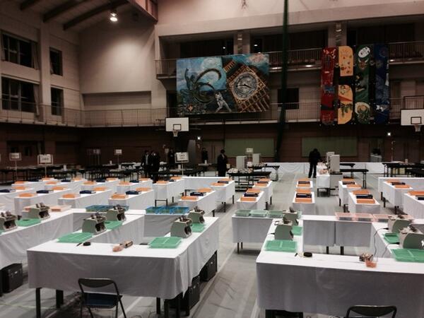 武蔵野市の開票所。まだ開票しててないけど、当確でたとか。いやはや http://t.co/qrLXMbiPv9