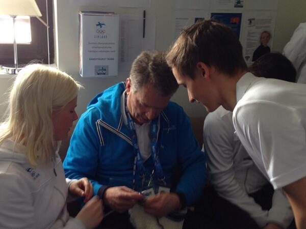 大統領まで編んでるし!!! RT @FinEmbTokyo: ソチを訪れているサウリ・ニーニスト大統領も選手たちに教えてもらいながら編み物にゅっと!http://t.co/5bmAAGdtQ9