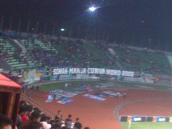 Banner2 Aremania sebelahan dengan Singa Mania.. SASAJI! #Respect cc : @AremaFC http://t.co/Qcz9WN2Vsp