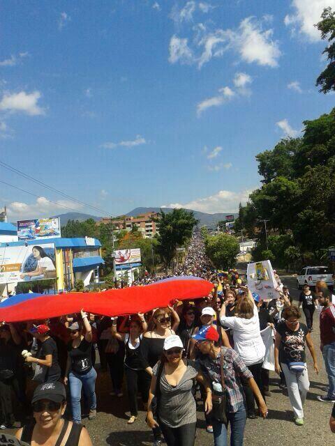 Impresionante protesta contra Maduro se desarrolla en estos momentos en San Cristóbal http://t.co/cBNqLLAkFG