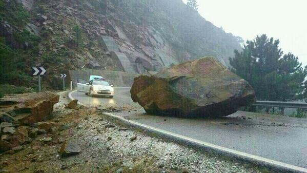 #Tiempo | http://t.co/rygJKcJhNW | El desprendimiento de una roca la carretera de #Ronda a #Marbella. http://t.co/AKVQJAeBuf