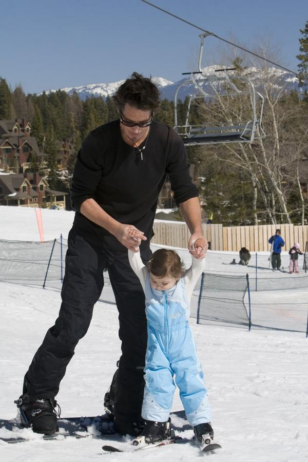 In honour of the Olympics, an old photo of @chriscornell on a snowboard, helping daughter Toni find her ski-legs. http://t.co/8mmyTLYOWG