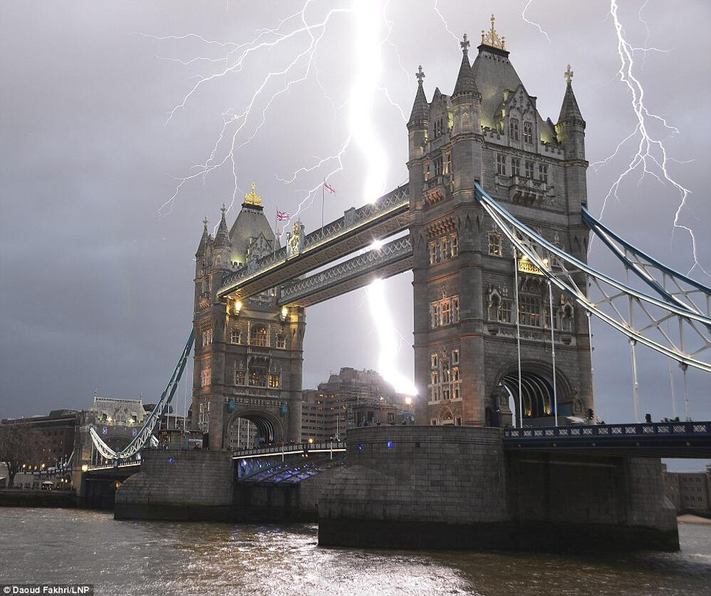 Awesome shot of lightning and the London Bridge #photo http://t.co/KCEKkrZqq9