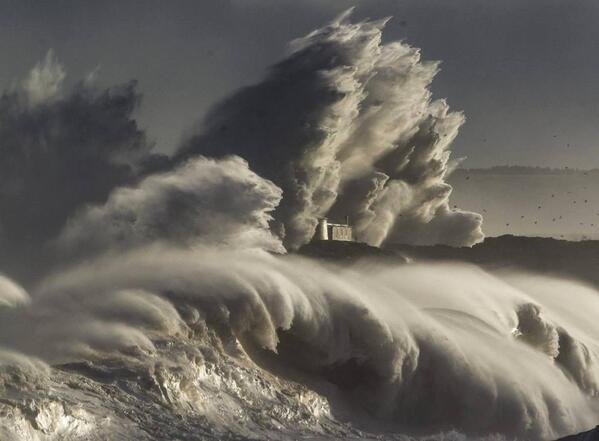 La foto de la que hablamos de la @AgenciaEfe75 de la Isla de Mouro sacada desde El Sardinero. Espectacular! http://t.co/n0ZUuoo38p