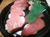 Mとし (@mtoshiiiii): 普段合成肉と米ばっか食ってるからたまにゃ贅沢しようと思って寿司とったら一番いいトロだけめっちゃちっちゃいんだけど!両サイドからシャリがこんにちはしてるんだけど!! http://t.co/XvZZOJN8f3