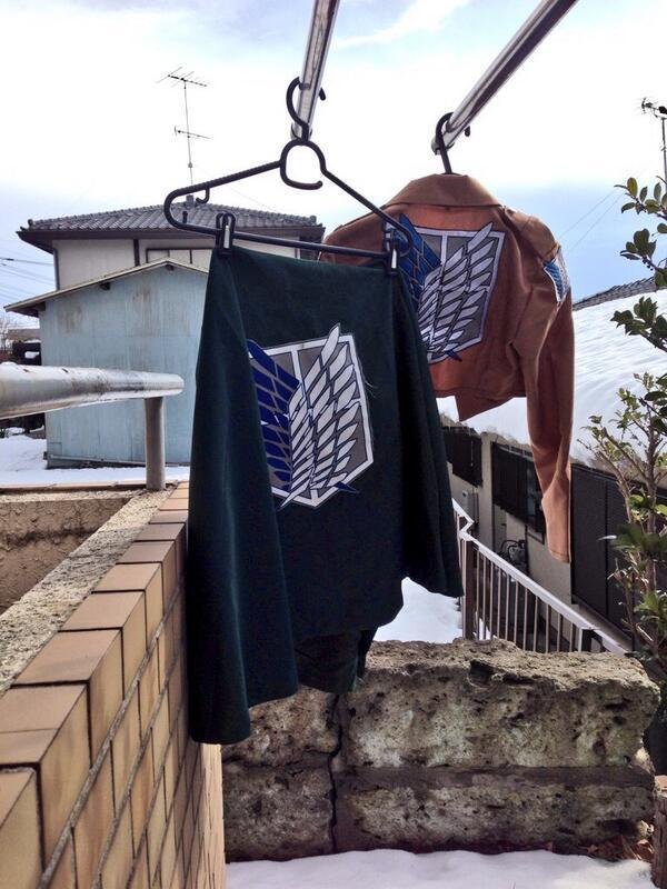 LIVE衣装を洗濯してベランダに干して置いてたら近所の子供達に「おい調査兵団の服あるぞ!」「マジかよここん家エレン住んでんのwww」とか言われてつらい pic.twitter.com/XrH1tvTl89