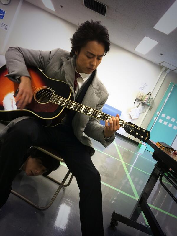 撮影の合間、前室でTAKAHIROに癒してもらってます  あー、なんやろ?今日は冷える。 http://t.co/GKkheHHfhl