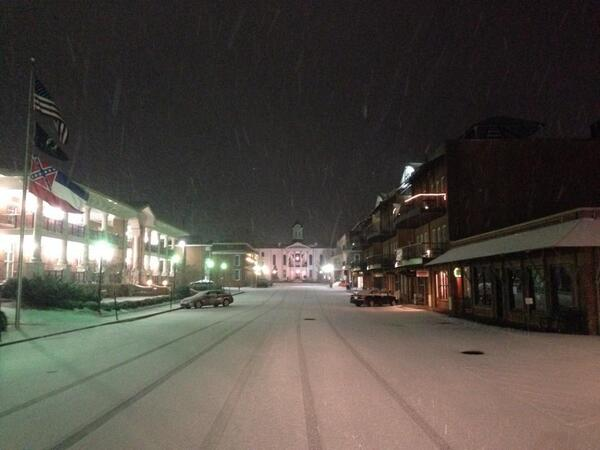 Shot of snow looking towards the Oxford square this AM. Areas in N MS saw half inch to 2 inches. #keepitmoving5 http://t.co/8gUJONGctQ
