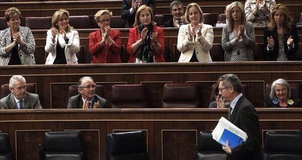 Elocuente. Definitivo. Ellas en pie, aplaudiéndole. http://t.co/ZbvsfXvSra
