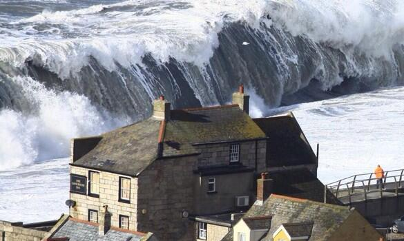 Storm waves. Chiswell, Dorset. Photo by Richard Broome (BBC) http://t.co/U4ENcVOrnP http://t.co/z8e9IH5rqy