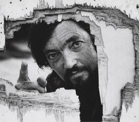 Un día como hoy, pero d 1984, muere Julio Cortázar. Maestro de las narraciones que escapan de la linealidad temporal http://t.co/6QM4fFJhB9