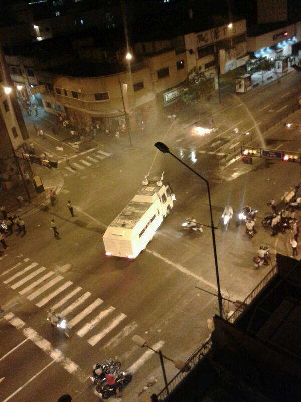 #Caracas #Venezuela @fdelrinconCNN ~ RT @UCEVISTAS A esta hora reprimen protesta en Chacao con la Ballena http://t.co/GU6leDYD2l