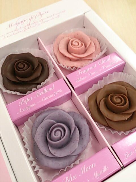 私宛てに贈り物が届いていると…? む、こ、これは紫のバラ!………と茶色とピンクと黒のバラ………のチョコレート! 「わたしのファンより」…妙な気分だな…。どなたか存じないが、有難く頂戴しよう…! http://t.co/i9evM7Qa87