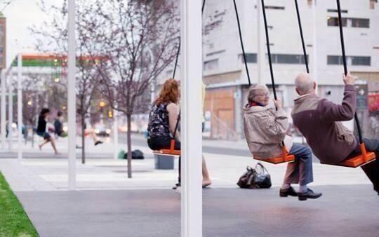 A Montreal un artista ha montato altalene alla fermata del bus http://t.co/F1ohUCTPEr