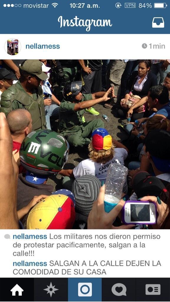 EN PUERTO ORDAZ LA GNB SE ARRODILLA Y DEJA PROTESTAR PACÍFICAMENTE http://t.co/EQ97nzB2Kh