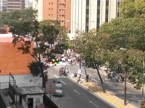Estudiantes de la UAH tienen cerrada la Rómulo Gallegos a esta hora http://t.co/4OzWMZiFJg