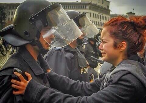 #PrayForVenezuela vi esta foto y me tocó las fibras más profundas de mi corazón. No entiendo!... PAZ por favor! http://t.co/SF6GpxAQJt