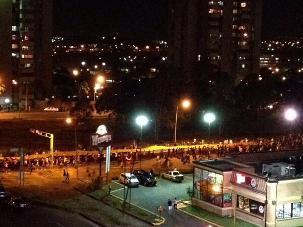 Así continúa la protesta en Ciudad Guayana, ondeando la bandera de más de 180 Mts. #NoMásViolencia http://t.co/js54w4dMk3