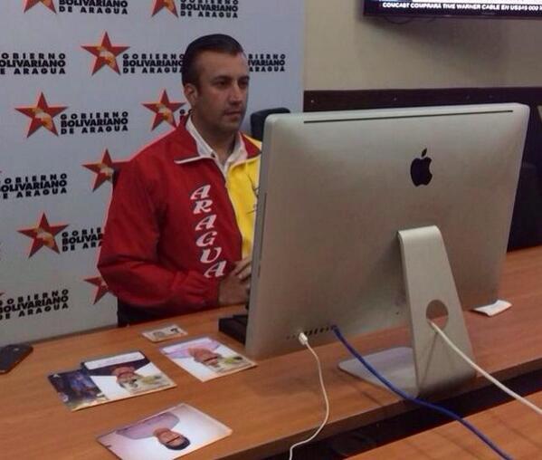 Mientras tanto Tareck via @Skype con @patriciajaniot en @CNNEE desde su Computadora Socialista. #TensionVenezuela #RT http://t.co/lnCxwoeJwi