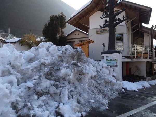 【登山情報】今日の奥多摩駅の様子。東京都レンジャーの報告によれば、街中でさえ、まだこんなに雪が多く、とても登山ができる状況ではないとのことです。交通機関は復旧しつつありますが、登山はお控え下さい。(自然公園担当) #雪 #レンジャー http://t.co/d12bRwPQs4