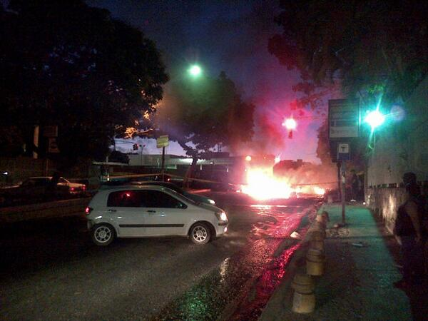 MT @eugeniolucas1: 5:50am principal de Macaracuay, totalmente cerrada http://t.co/kugmJ3cFYV
