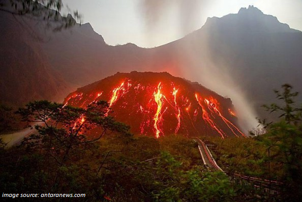 #PrayForKelud. Let's pray for the people of #Indonesia especially those who live near and around Kelud Mountain. http://t.co/QZLuGVTlCY