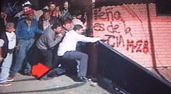 Nicolas Maduro shooting at protesters back in April 2002, he's used to doing this by his own hand #14FVnzlaEnLaCalle http://t.co/RNrL8sAYlR