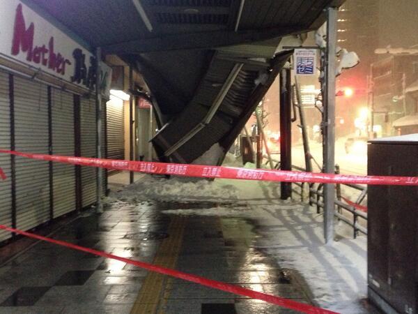 ちょうど柱が外にずれてるとこが壊れてるっぽいね? RT @USAyouzee: ちなみにこれが今話題の八王子にある雪で崩れたアーケードです。 俺の家からめっちゃ近けぇwww http://t.co/peXJRRB2lw
