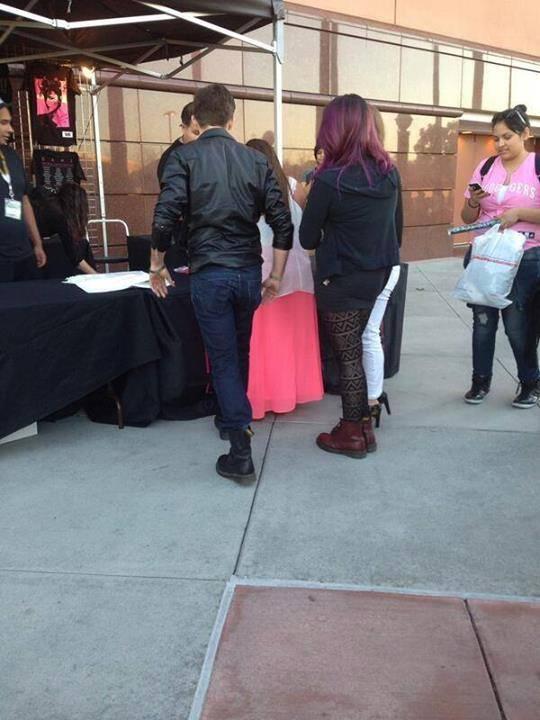 #FOTO: Maddie, Dallas y su novio ayer en el show de Demi! http://t.co/A8ktPikeGH