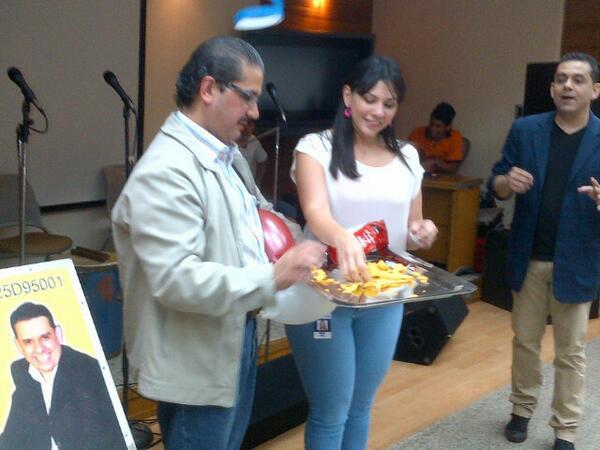 Yris Quijada (@yqdelvalle): #Magia en Seguros Catatumbo, aqui @lmolero sorprendido con cada truco e ilusion del  @Magoleon1 http://t.co/1atVuYgMLt