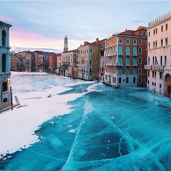 雪国の人、特に震災の被災者に嗤われるけど、寒いのは東京だけではない。 ベニスも凍りついたよ。  Frozen Venice http://t.co/UUC05IzLnw
