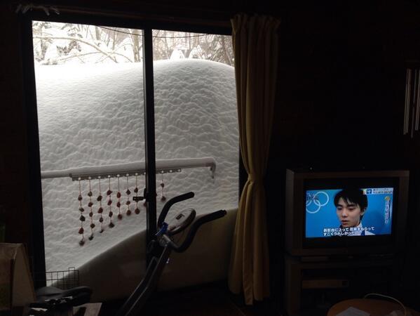 河口湖の積雪深138センチも驚きだが、甲府の110センチは歴史的な事件だな。そして、まだ降り続いている。ちなみに我が家はこんな感じ。この雪、ソチに差し上げまする。 http://t.co/MmfVcXeT3m