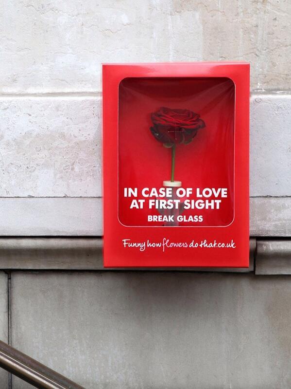 """네덜란드의 Flower Council이 발렌타인데이에 프랑스 파리에 1,500개의 빨간 박스를 설치, """"첫눈에 반한 사람이 있으면 사용하세요""""라고 꽃을 넣어 둠 ^^ http://t.co/qQcrN7FApp"""