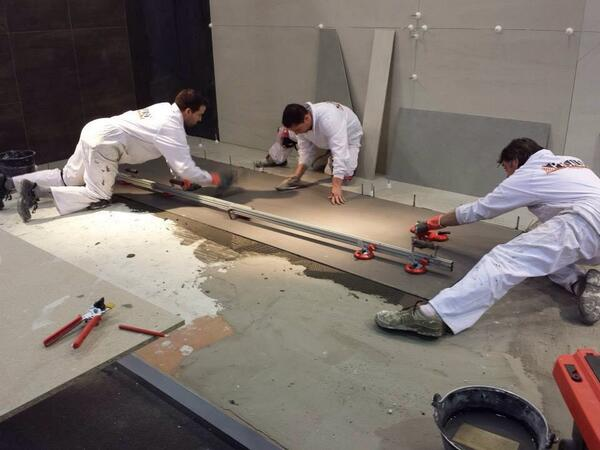 El momento de cortar una pieza de grandes dimensiones Proalso en #cevisama2014 http://t.co/dENFIoarWt