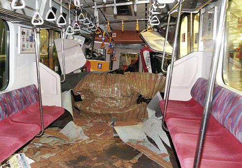 うわっっっ!RT @nec0nyan: こ、これはすごい… RT @lemonlime_: 東横線事故の新しい画像来てたけど、これは凄まじいな http://t.co/A5sp0NXU9Y http://t.co/BrVtVxBmAD