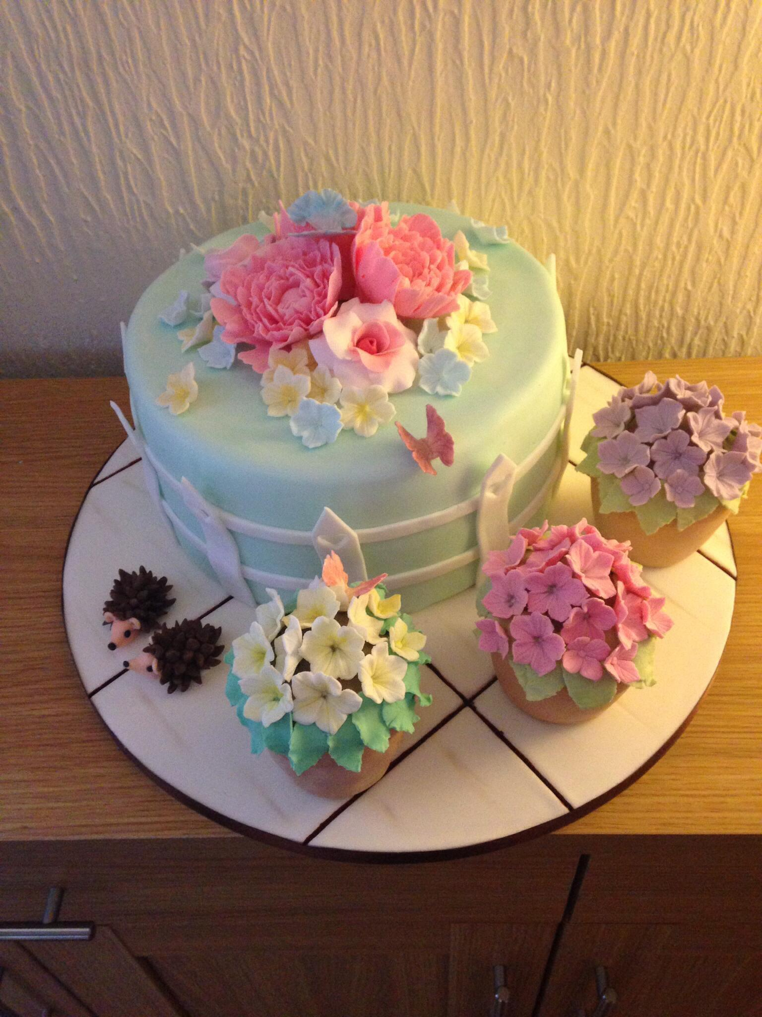 We love this flower pot cake with from issue 18 & our special flowers issue, made by Rachael Lovell. http://t.co/TwfoqVDX1J