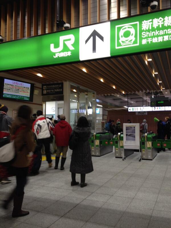明日は飯山線、信越本線は通常運行、長野駅ー茅野間(松本も)は7:30am以降に2時間に1本のペースで運行予定。JR長野駅で駅員さんにお伺いしましたので、現段階では確かなソースです。 http://t.co/3ik3H2NceU