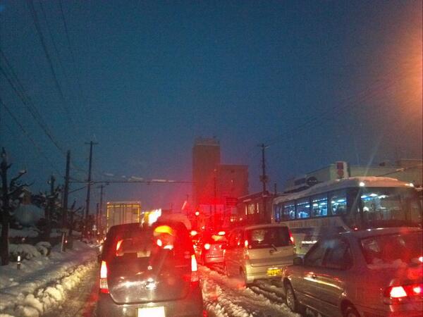 福島市内の国道4号は、依然として激しい断続渋滞となっています。特に、交差点内は轍が交差して大きな凸凹が生じており、こうしたとこでのスタック車両が多く見られます。交差点通過時はハンドルを取られぬようご注意ください。 #rfc道路 http://t.co/gzuVXKeulm