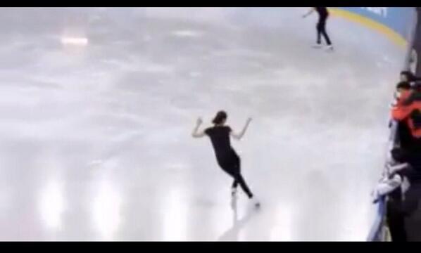 김연아는 다른 나라 선수들과 함께 소치올림픽 내 빙상연습장에서 연습한다.아사다 마오는 연습시간 제한 받지않도록 일본빙상연맹이 전세 낸 곳에서 연습한다.대한민국이 김연아에게 해 준것은 금메달 따라는 부담감뿐이다 http://t.co/RoqW1aNRFk