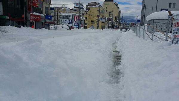 観測史上最大の積雪114センチだったっちゅこん!車も走れんし、お店もやってないし、やってても品物がないだよ。困ったじゃんね~。みんなも気をつけろし(>3<) http://t.co/9Jt3UYcoQx