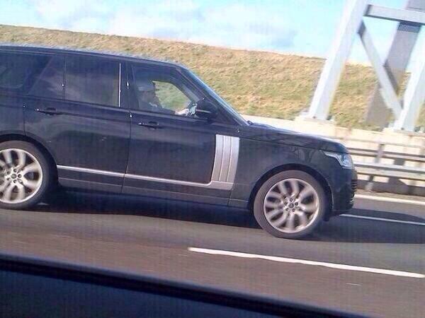 Foto de Niall manejando su automovil, una Range Rover, el día de hoy 15/02 por las calles de Londres, UK. http://t.co/Vk25Dl8pf5