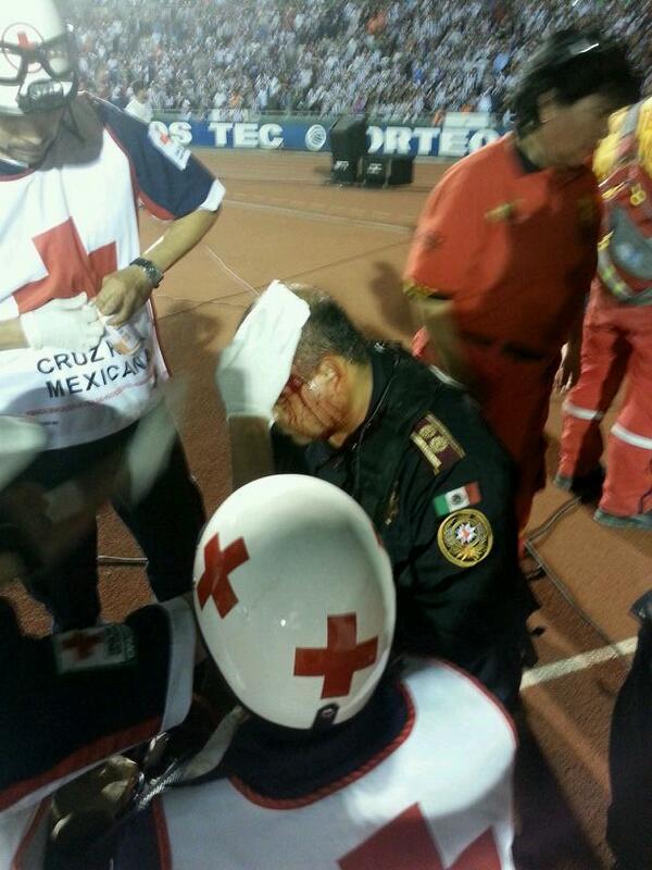 Un policia descalabrado durante la bronca http://t.co/nQ7dIav3BX