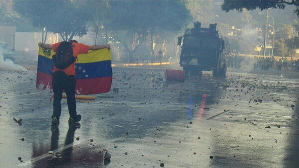 Ésta imagen recoge exactamente lo que pasa en Venezuela, un estado con poder acaba con lo que queda del país. http://t.co/OJ323pJJXi