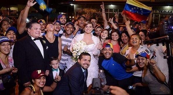 BODA SOLIDARIA. Salen de la iglesia y se bajan en Plaza Altamira para saludar la protesta. http://t.co/SfGdAxc7rH http://t.co/Uwik2Lzc49