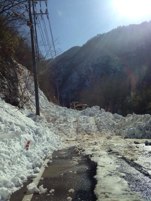 水とガソリンを持って徒歩で峠に向った部隊からです。雪崩箇所が何箇所もあって最終的に道すら塞がってしまっとの事。いつ横の壁が崩れてもおかしくない位危険と判断し、一旦出直しです。ご苦労様です。 http://t.co/l1c6GD9g0v