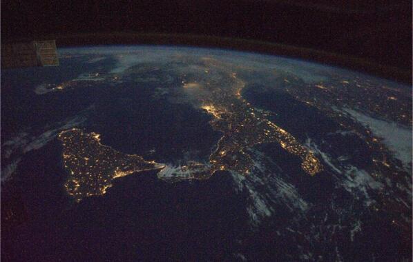Ecco com'era l'Italia venerdì notte vista dalla Stazione spaziale internazionale. http://t.co/9WruAbUmj9 http://t.co/l7YFRQMhIe